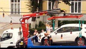 Обладательница белого кроссовера BMW попыталась исполнить зажигательный танец на эвакуаторе